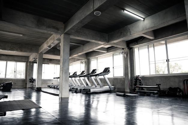 Macchina cardio in palestra con moderne attrezzature fitness per eventi fitness e altro ancora.