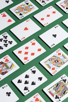 Carte su sfondo verde