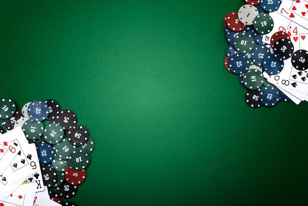 Carte e fiches da poker su uno sfondo verde.