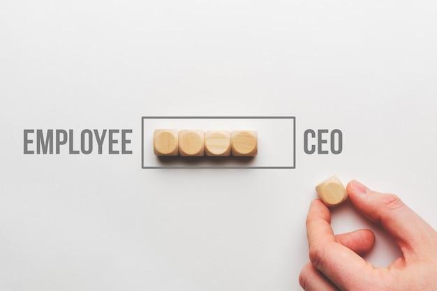Concetto di crescita professionale da dipendente ad amministratore delegato.