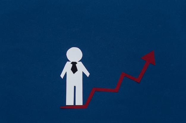 Concetto di crescita di carriera, abilità in su. figurina di un uomo di carta con una freccia ascendente che tende verso l'alto