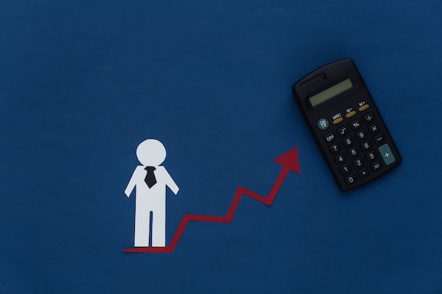 Concetto di crescita di carriera, abilità in su. figurina di un uomo di carta con una freccia in aumento che tende verso l'alto e calcolatrice. blu classico. tema aziendale