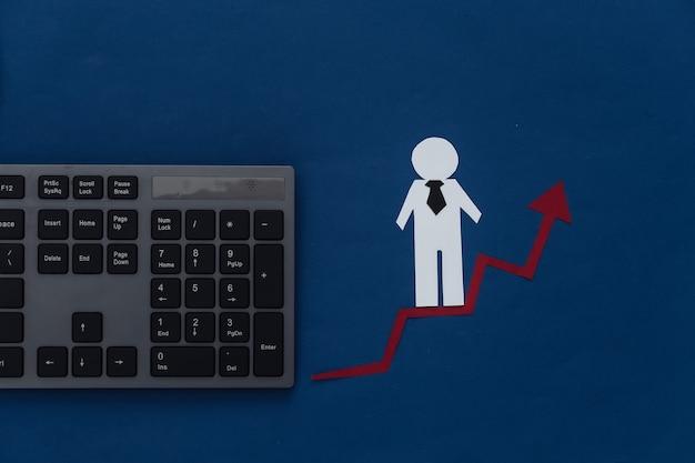 Concetto di crescita di carriera, abilità in su. figurina di un uomo di carta con una freccia ascendente che tende verso l'alto e tastiera. blu classico. tema aziendale