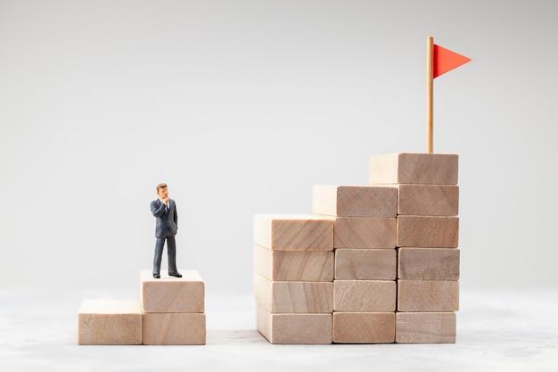 Scala di carriera ascende come simbolo del percorso verso l'obiettivo l'uomo in tuta risolve il problema