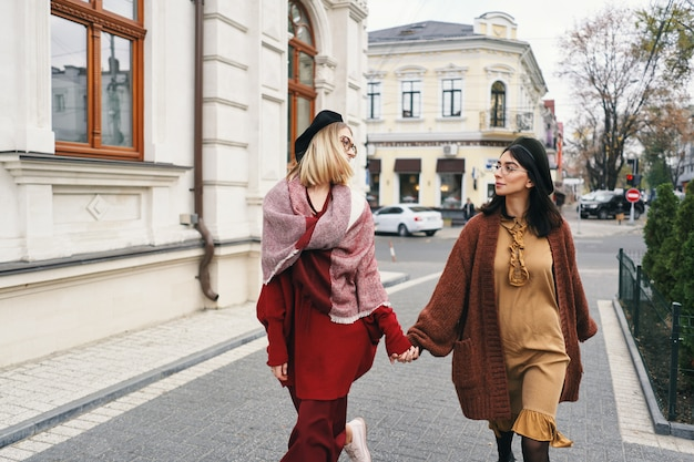 Spensierate belle ragazze in autunno sulla strada della città