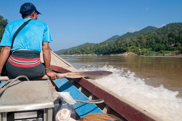 Barca da carico nel fiume salween al confine tra thailandia e myanmar.