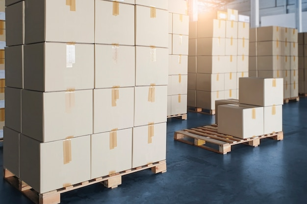 Scatole di carico spedizione produzione e magazzinaggio pila di scatole di cartone su pallet nel magazzino di stoccaggio