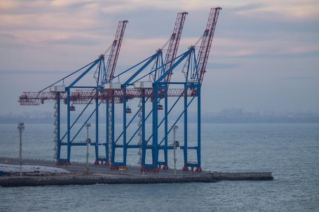 Gru per container nel terminal del porto industriale
