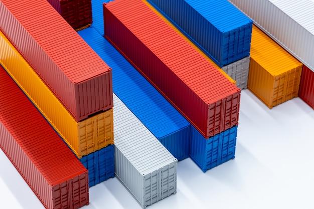 Trasporto di merci di logistica del contenitore di carico isolato su sfondo bianco, pila di contenitori scatola, nave da carico per logistica e trasporto di esportazione di importazione di affari globali.