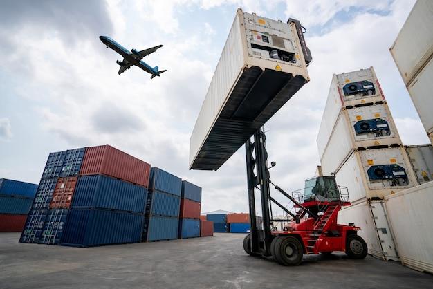 Contenitore di carico per la spedizione all'estero in cantiere con aereo nel cielo.