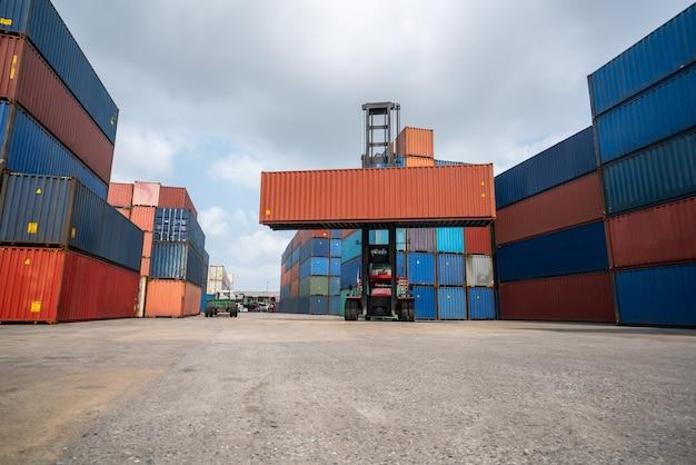 Container per spedizioni all'estero in cantiere navale con macchina pesante.