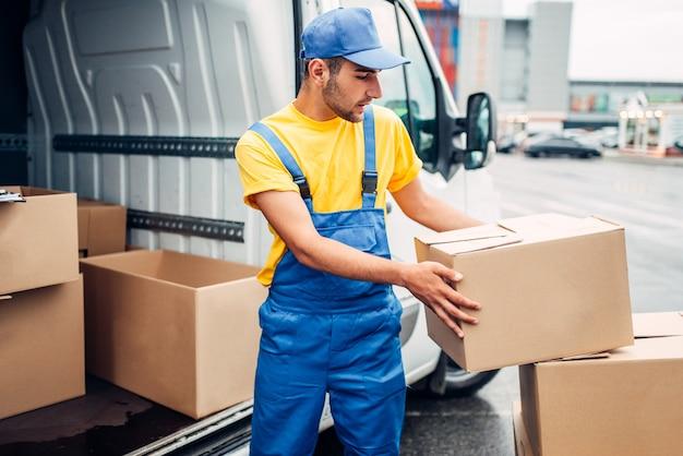Servizio di consegna merci, camion scarico corriere maschio