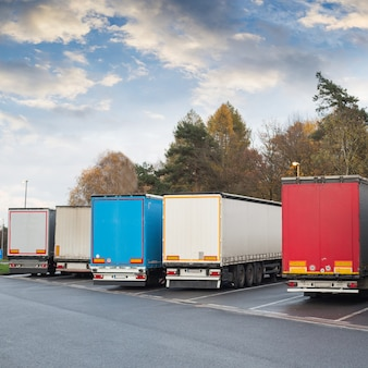 Spedizione logistica di carico con spedizione di merci su camion.