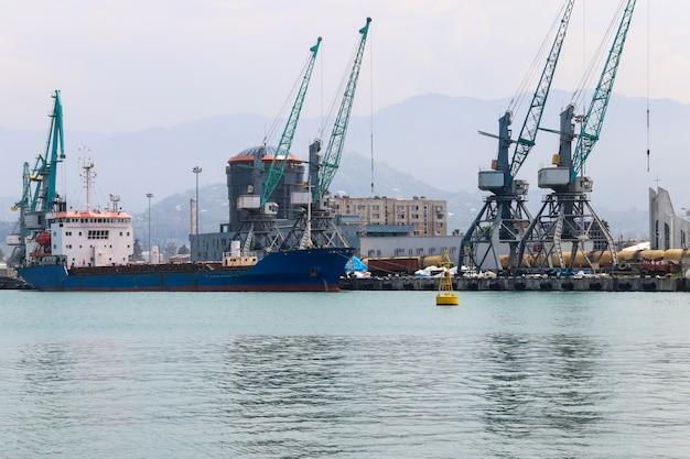 Porto mercantile sul mar nero a batumi, georgia