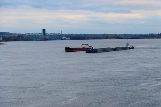 Nave da carico e chiatta che navigano sul fiume dnieper