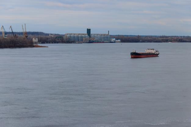 Nave da carico che naviga sul fiume dnieper