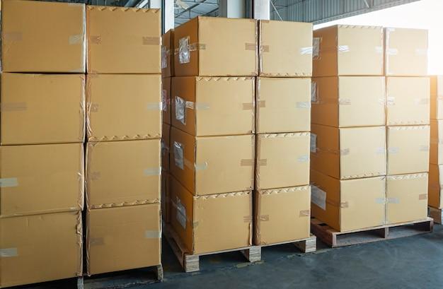 Scatole per spedizioni di merci, magazzino. pila di scatole di carico su pallet in magazzino.