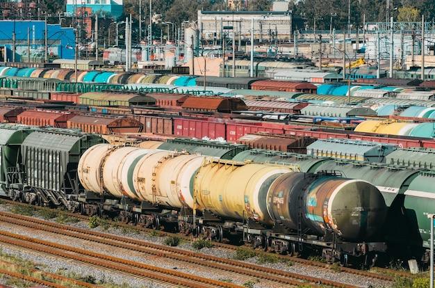 Piattaforma dei vagoni dei vagoni del treno merci con contenitore. Foto Premium