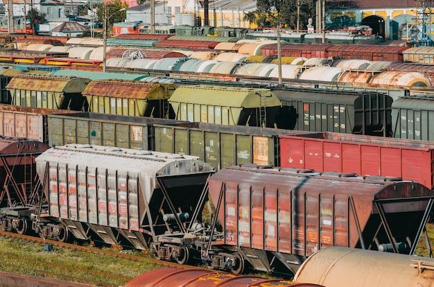 Piattaforma dei vagoni dei vagoni del treno merci con contenitore.