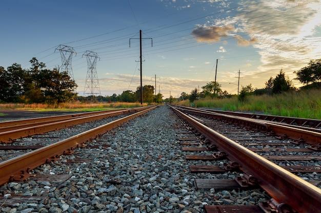 Piattaforma del treno merci al tramonto. ferrovia in ucraina. ferrovia