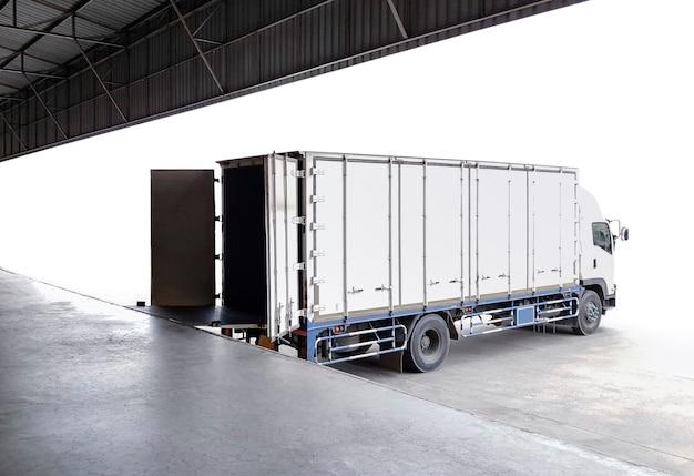 Camion da carico parcheggiato caricamento di scatole di pacchi al magazzino di banchina spedizioni di merci trasporto di camion merci
