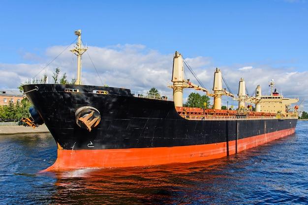 Nave mercantile in porto