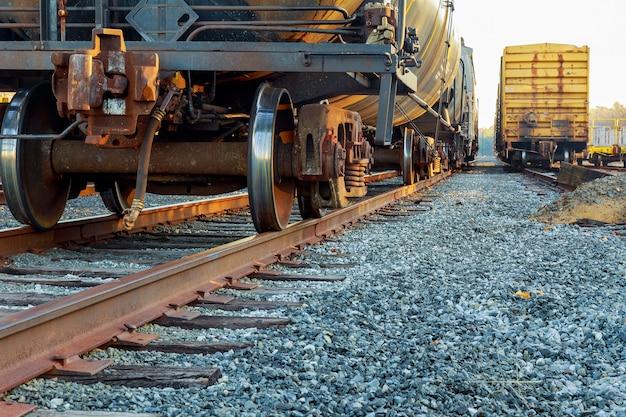 Carri merci nella stazione ferroviaria carri ferroviari stradali