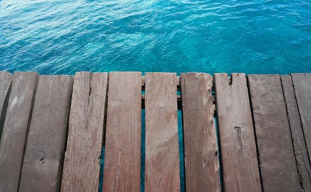 Acqua tropicale del pilastro di legno caraibico della spiaggia