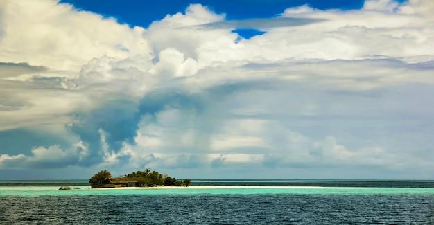 Caraibi, costa di cuba, ottobre 2014: ambiente tropicale della bellissima isola dell'arcipelago panamense o cayman con spiagge di sabbia bianca e acque turchesi del mar dei caraibi in una giornata di sole