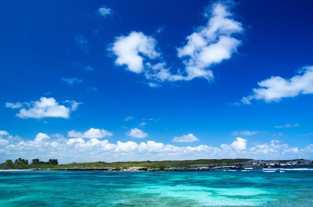 Mar dei caraibi e cielo perfetto