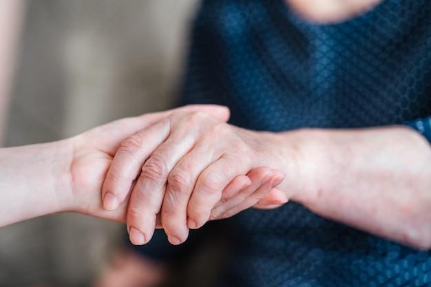 Prendersi cura delle generazioni più anziane prendersi cura degli anziani prendersi cura degli anziani dei genitori nonni