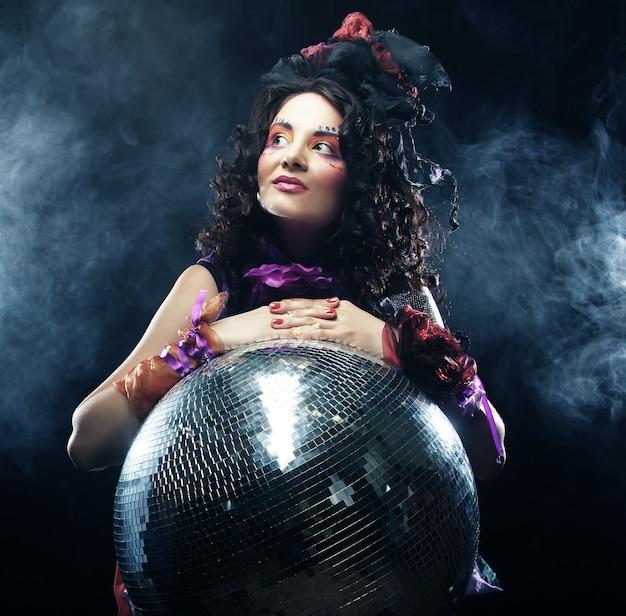 Ragazza di carnevale con palla da discoteca