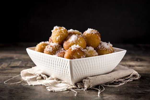 Frittelle di carnevale o bunuelos de viento. dolce dolce spagnolo