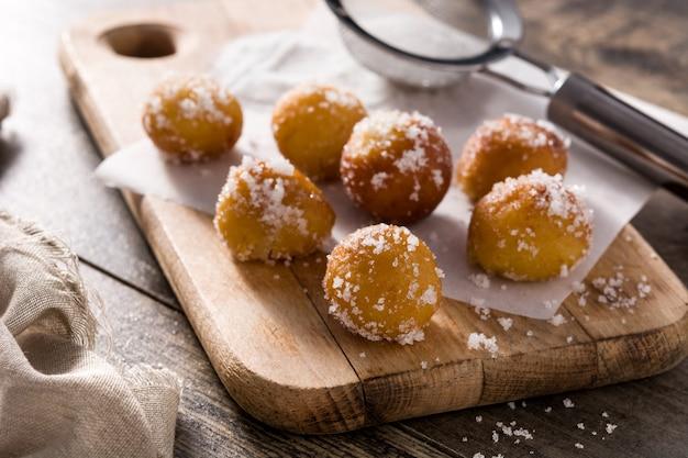 Frittelle di carnevale o buñuelos de viento sulla tavola di legno