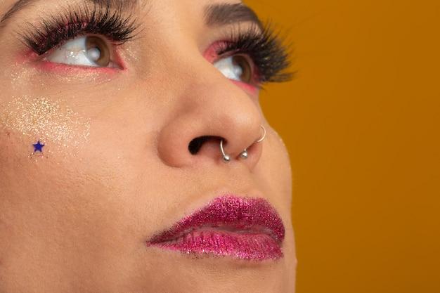 Carnival makeup per celebrare il carnevale del brasile. tendenza trucco e accessori per il carnevale.