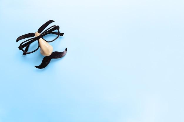 Maschera di carnevale con baffi, naso e occhiali copia spazio. concetto di salute degli uomini, mese di consapevolezza del cancro alla prostata, beneficenza, festa del papà.
