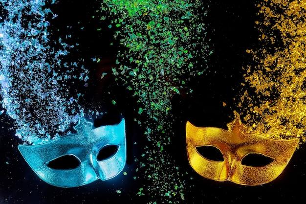 Maschere di carnevale su sfondo nero festa ebraica purim.