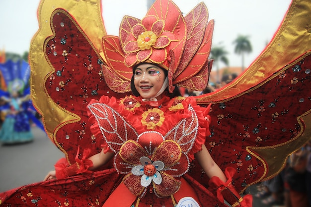 I partecipanti alla sfilata di carnevale usano costumi unici
