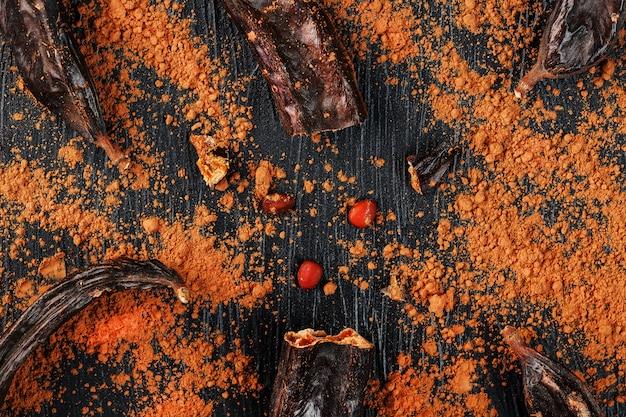 Frutto di carruba con polvere sulla superficie nera