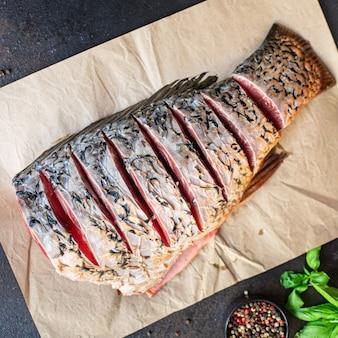 Carpa pesce crudo bianco fresco senza testa pesce d'acqua dolce pasto a base di frutti di mare snack sul tavolo spazio copia cibo