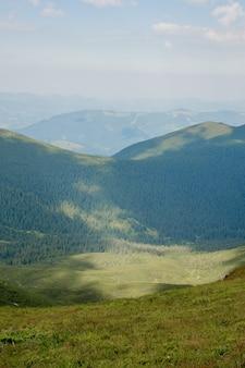 Catena montuosa dei carpazi al mattino d'estate