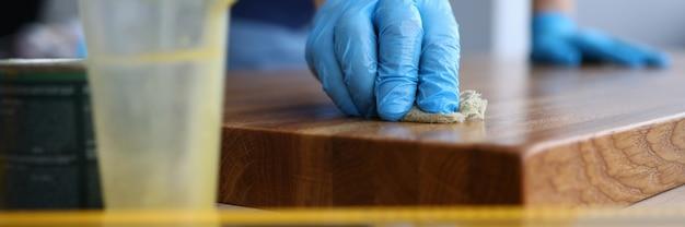 Il carpentiere applica la vernice sulla terra