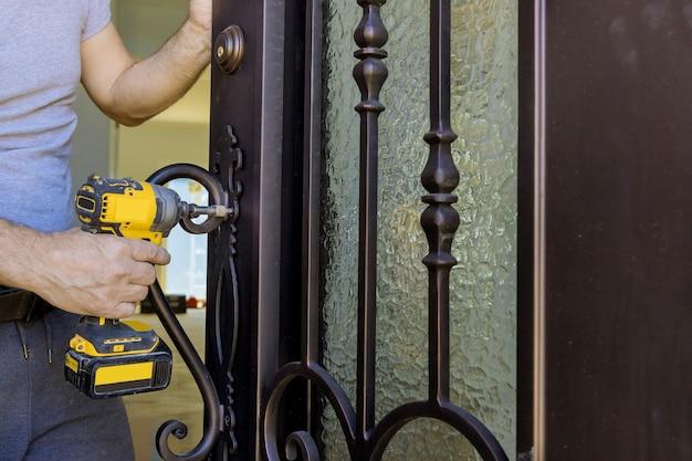 Installazione del carpentiere alla serratura della porta in legno interna
