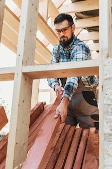 Uomo del carpentiere che indossa occhiali di protezione