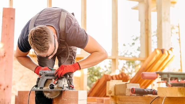 Lavoratore uomo carpentiere utilizzando strumenti