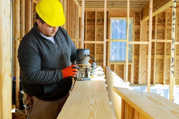 Carpentiere fresato con router per la lavorazione del legno su segatura.