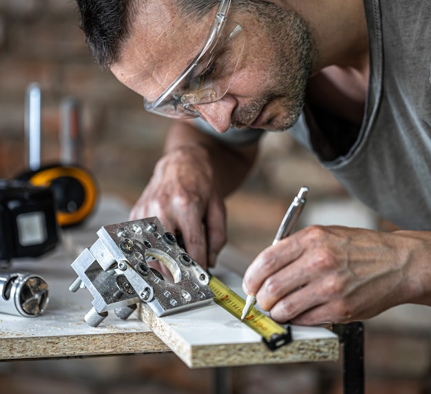 Un falegname in lavorazione, uno strumento professionale per la foratura di precisione nel legno.