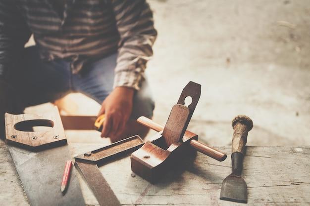 Il carpentiere lavora un po 'di ruggine antica uno strumento antico