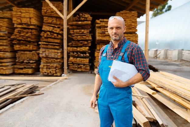 Carpentiere in pannelli di controllo uniforme sulla segheria
