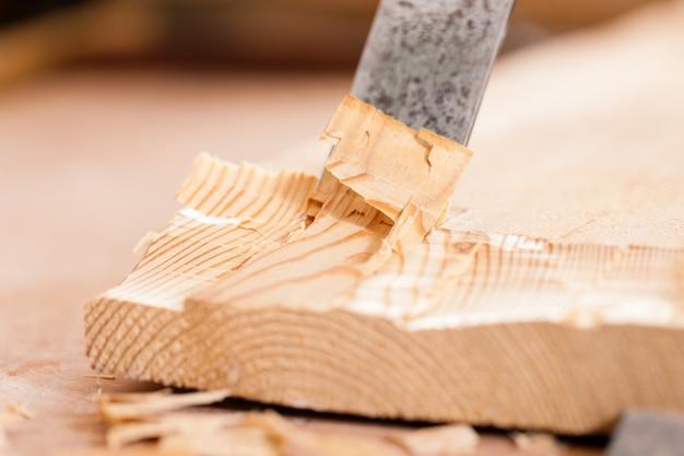 Carpentiere con scalpello e martello